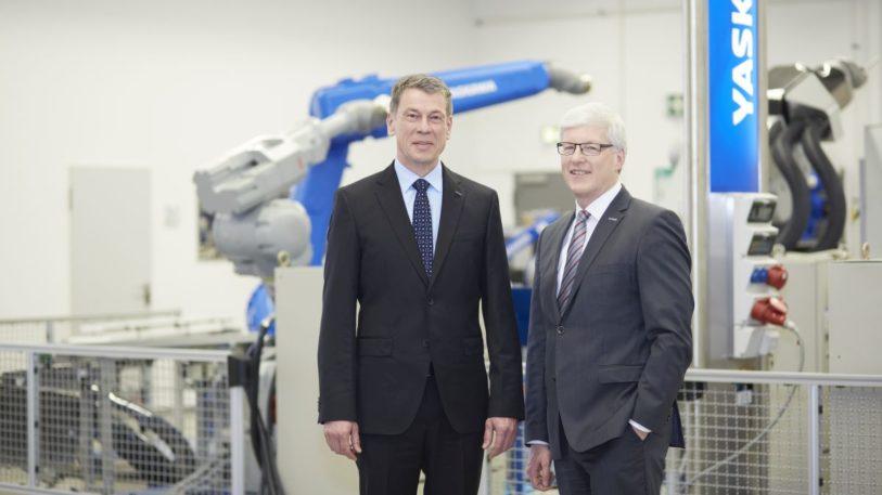 Yaskawa-Europe-CEO Bruno Schnekenburger (links) und Manfred Stern, Regional Head Europe (Bild: Yaskawa)
