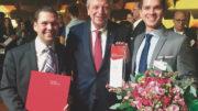Preisverleihung im Wiesbadener Kurhaus: Martin Kuge, Volker Bouffier und Sven Rath (v. l. n. r.) (Bild: Faubel & Co. Nachfolger GmbH)