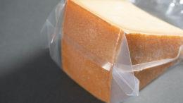 Aroma, Frische und die perfekte Reifung: Der Allfo Vakuumbeutel schützt den Käse ideal vor äußeren Einflüssen und hält ihn gleichzeitig frisch. (Bild:allfo Vakuumverpackungen Hans Bresele KG)