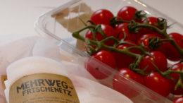 PlasticsEurope Verpackungen aus Kunststoff schirmen Lebensmittel vor Verschmutzung, Nässe, UV-Strahlung und Verderb ab. (Bild: PlasticsEurope Deutschland e.V.)