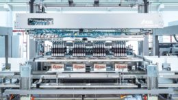 Das kompakte Innopack-TLM-System verbindet die individuellen Module von KHS und Schubert ohne zusätzliche Transporteinheiten. (Bild: Gerhard Schubert GmbH)