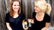 Christina Englert (links) und Laura Englert (rechts), Juniorchefinnen des Familienunternehmens Feinkost Englert. (Bild: Barbara Albert Fotografie)