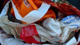Plastiktüten mit einer Wandstärke unter 50 Mikrometer sollen künftig verboten werdenBild: Eddie Jordan Photos/shutterstock.com)