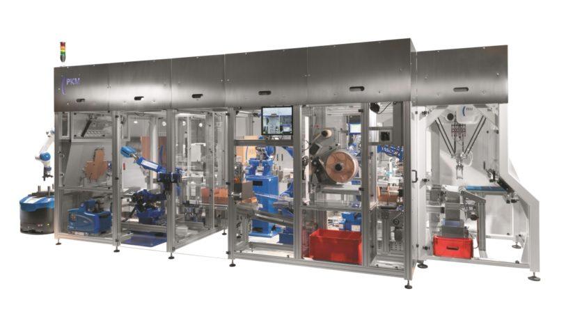 In der kompakten Verpackungszelle arbeiten insgesamt fünf hoch dynamische Yaskawa-Roboter. (Bild: PKM Packaging)