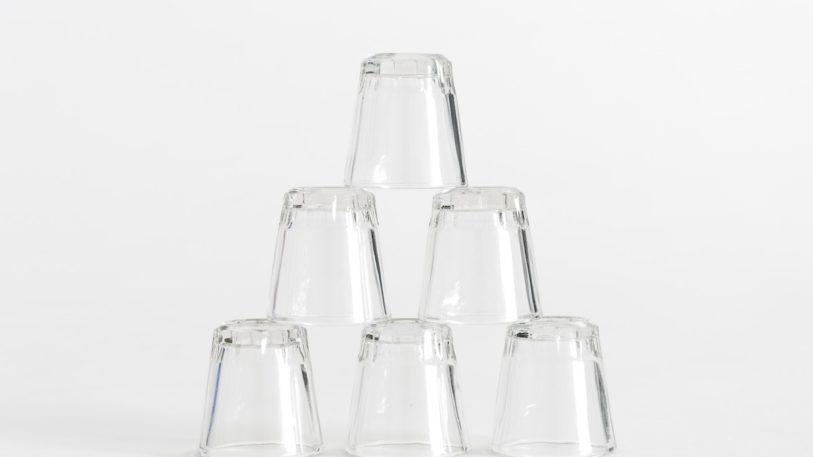 """Bis zum Jahr 2030 sollen 90 Prozent des Behälterglases in Europa gesammelt und recycelt werden. Das Aktionsforum Glasverpackung unterstützt die Initiative """"Close the Glass Loop"""". (Crissy Jarvis/Unsplash.com)"""