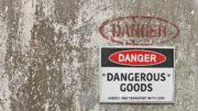 Der Transport von Gefahrgut stellt hohe Anforderungen an die Sicherheit des Verpackungsmaterials. (Bild: Kim Britten/ Shutterstock)