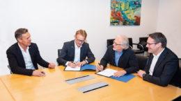 Die Geschäftsführer unterzeichnen den Kooperationsvertrag. Von links nach rechts Norbert Rechner (Managing Director bei Pester), Tim Slomp (CTO Uhlmann), Thomas Pester (CEO Pester) und Michael Mrachacz (CSO Uhlmann). (Bild: Pester/Uhlmann)