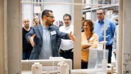 Kenan Kanmaz, Technical Sales Manager bei Metall+Plastic, erläutert den Seminarteilnehmern, wie wichtig die gute Zugänglichkeit von pharmazeutischen Abfüllanlagen ist. (Optima packaging group GmbH)