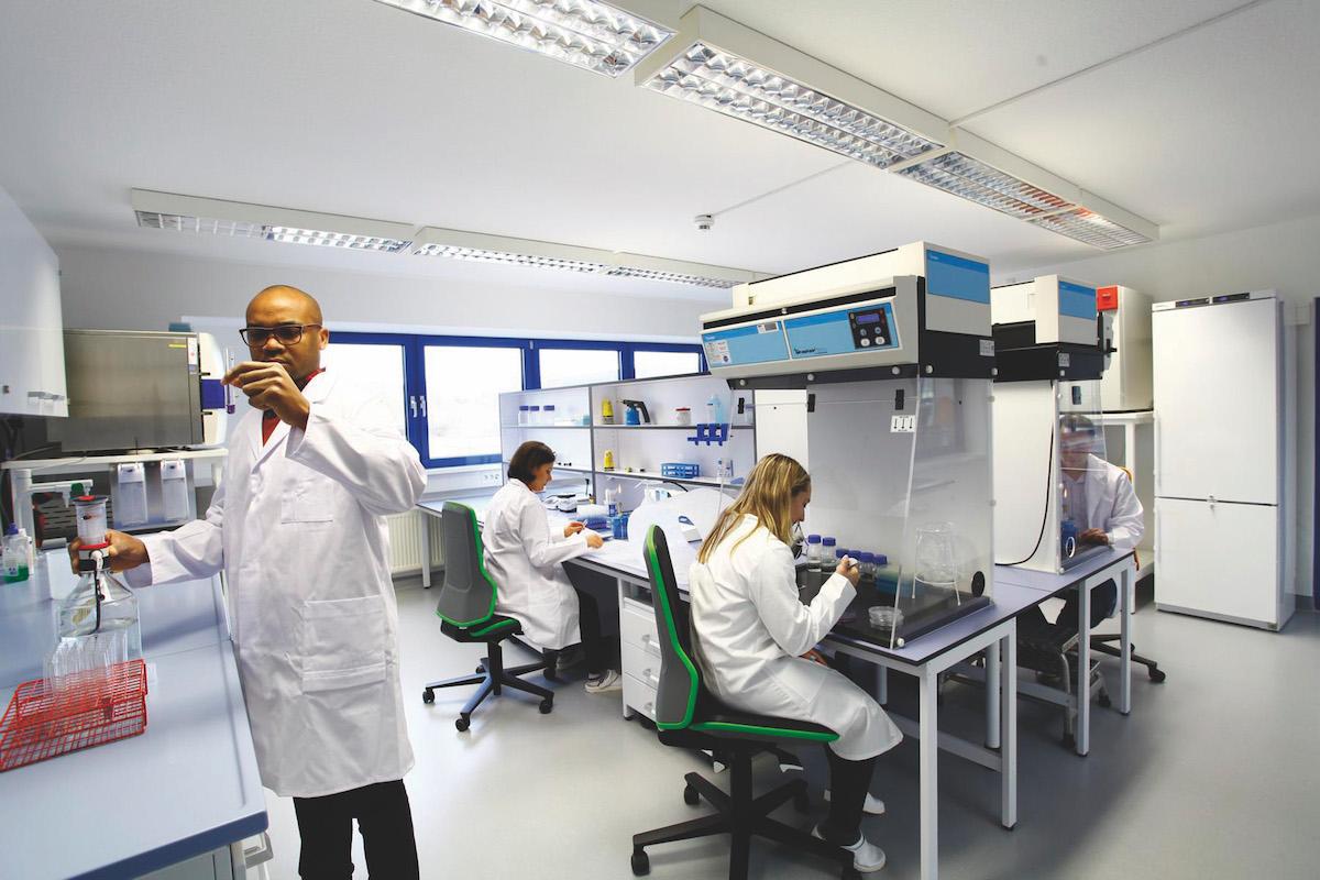 Im Aseptic Competence Center ermitteln Fachleute vor Ort die Abtötungsrate von Entkeimungsprozessen mittels mikrobiologischer Belastungstests. (Bild: IMA Dairy & Food)