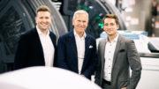Peter Sommer (Mitte) hat den Führungsstab der Elanders GmbH an Christopher Sommer (links) und Sven Burkhard (rechts) übergeben. (Bild: Wosilat Fotografie)