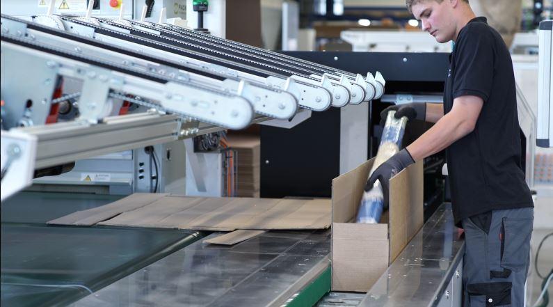 Der neue Vakuum-Falttisch entlastet die FACIDO-Mitarbeiter in Hinblick auf Ergonomie und Effizienz. Sie müssen den Artikel nur noch in den Karton einlegen, bevor dieser automatisch verschlossen wird. (Bild: Packsize GmbH)