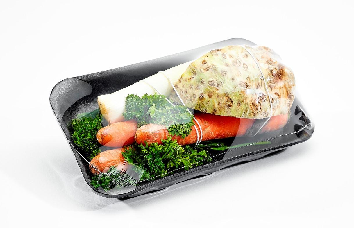 Suppengemüse verpackt mit einer Polyolefin-Feinschrumpffolie (ohne PVC und Weichmacher) mit nur 7 µm: Das bedeutet etwa 60 Prozent Folienvolumen werden pro Verpackung im Vergleich zu branchenüblicher PVC-Dehnfolie eingespart. (Bild: Hugo Beck)