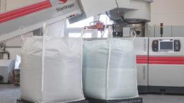 Starlinger rPP Big Bags vor einer recoSTAR dynamic. (Bild: Starlinger)