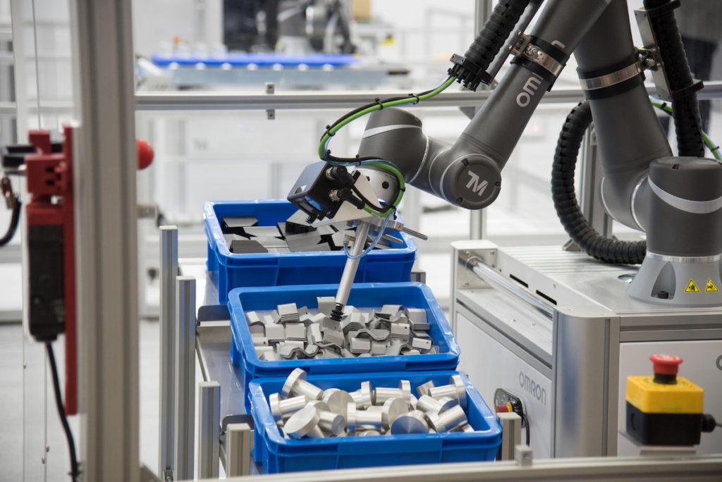 Hochgeschwindigkeits-3D-Kommissionierung zeigt, wie Unternehmen Beladungsaufgaben bei bereits vorhandenen Linien automatisieren können. (Bild: Omron)