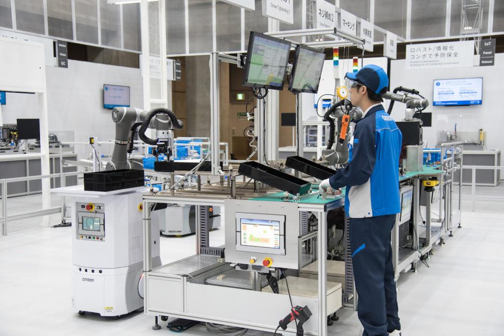 Unternehmen steigern die Effizienz von Fertigungsprozessen durch das Zusammenspiel von Mensch und Maschine (Bild: Omron)