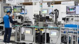 OMRON präsentiert eine Produktionslinie, die die Multiprodukt-Herstellung in kleinen Mengen besonders flexibel und effizient realisiert. (Bild: Omron)