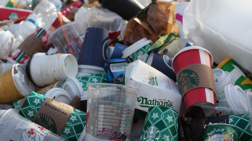 Einweg- und Verpackungsprodukte sollten entlang der gesamten Lieferketten durch Mehrwegsysteme ersetzt werden. (Bild: Jasmin Sessler/unsplash)