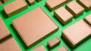 Karton-Faltschachtelen auf grünem Hintergrund
