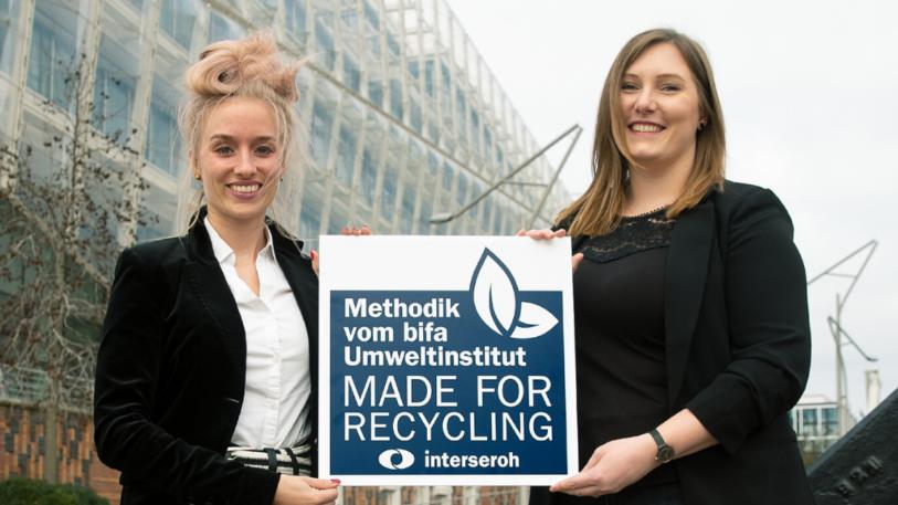 """Elena Pack, Interseroh Dienstleistungs GmbH, und Nicole Osse, Unilever Deutschland GmbH, mit dem Interseroh-Siegel """"Made for Recycling"""". (Bild: Unilever)"""
