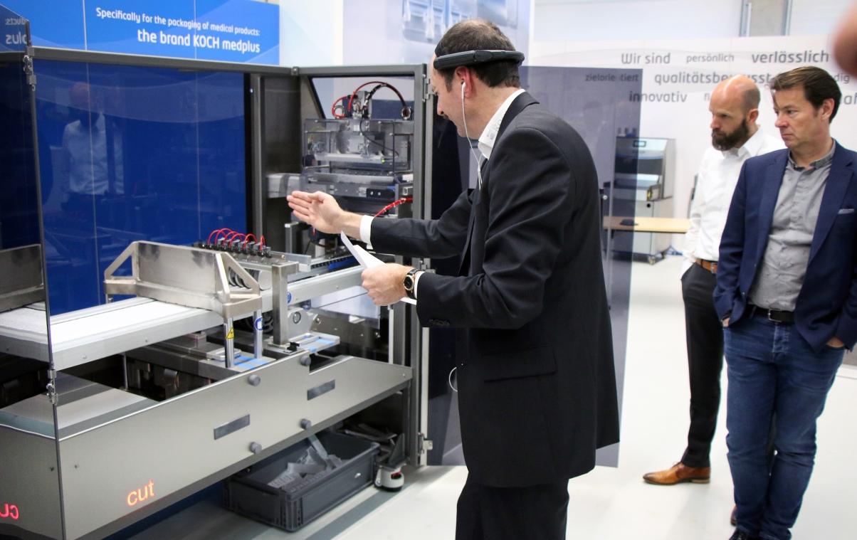 Die Highlights der neuen Verpackungsmaschine wurde den Teilnehmern mittels digitaler Servicebrille direkt an der neuen Maschine präsentiert.