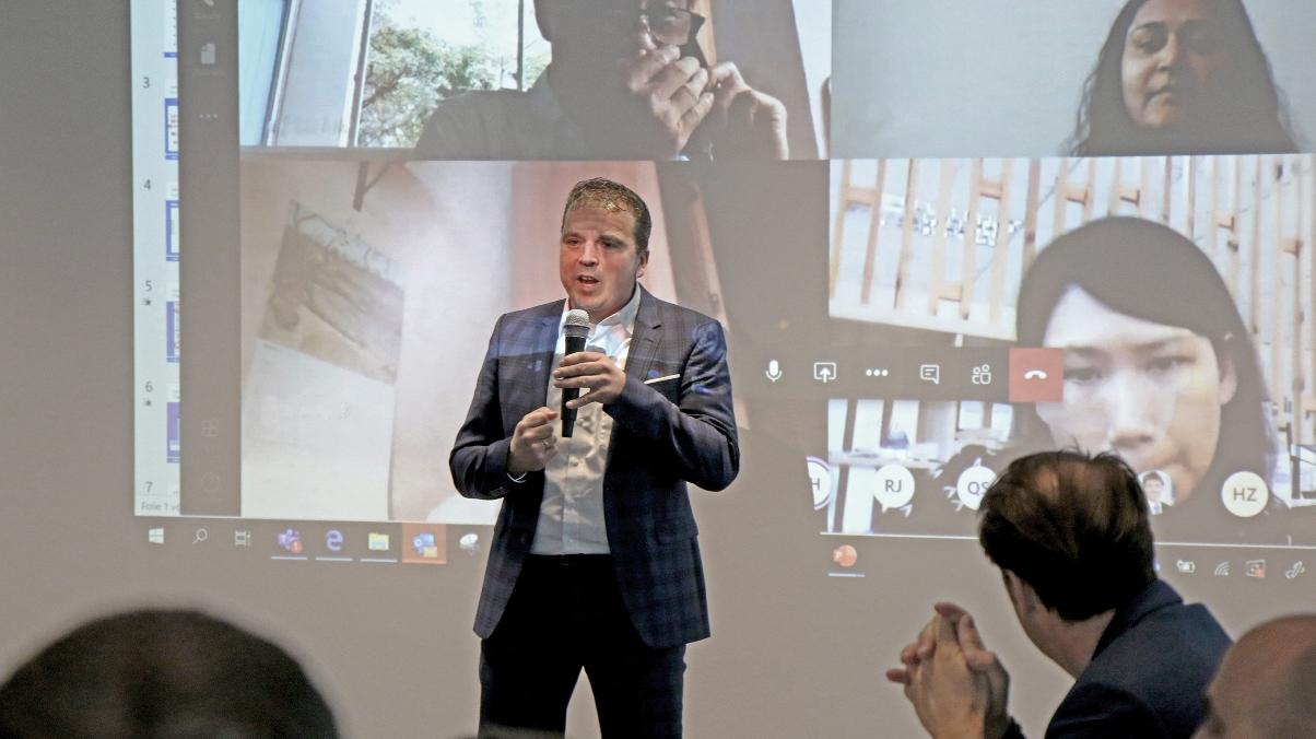 Hartmut Diehl (Director Global Sales) eröffnete die digitale Markteinführung der neuen Verpackungsmaschine KBS-C medplus.