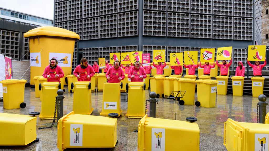 """Kampagne """"Muelltrennung wirkt"""" Flashmop in Berlin"""