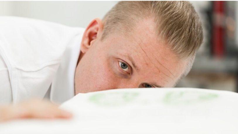 Ein Mann schaut über eine Papierverpackung