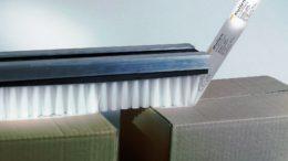 Das Aufbringen von selbstklebenden oder nassklebenden Verschlussstreifen auf Kartonagen ist eine typische verpackungstechnische Standardaufgabe für die Leistenbürsten von KULLEN-KOTI. (Bild: © KULLEN-KOTI)