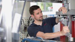 Verschiedene Formatteile werden sicher und griffbereit am Formatteilewagen fixiert.