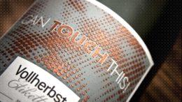 Mit craftLABEL bietet Vollherbst erstmals die Möglichkeit, charakteristische Elemente der Produkterzeugung und der Marke im Etikett abzubilden. Hier ein craftLABEL mit Bronzestaub. (Bild: Vollherbst)