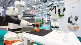 Zwei menschliche Roboter auf einer Messe