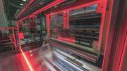 Transparente Folie läuft über eine Maschine