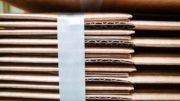 Gestapelte flachliegende Kartonzuschnitte bei Klingele