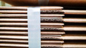 Gestapelte flachliegende Kartonzuschnitte aus Papierbei Klingele