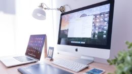 Schreibtisch mit Computer und Smartphone, Digitalisierung des Mittelstands