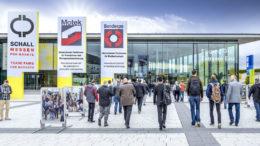 Besucher am Einlass zur Messe Motek in Stuttgart
