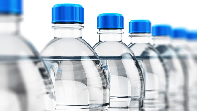 rPET Plastikflaschen mit Wasser und blauem Deckel