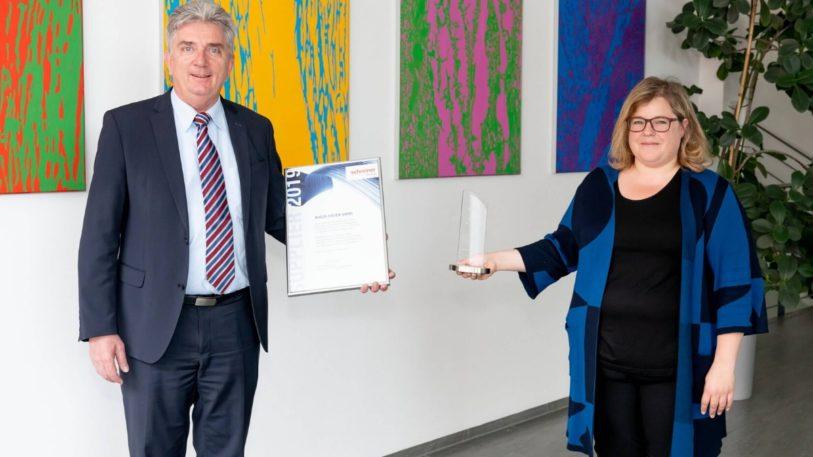 Manfred Laschinger und Claudia Hahlbeck von der Schreiner Group mit der Auszeichnung für Hueck Folien