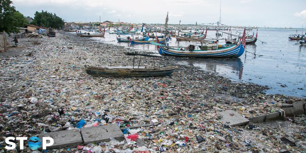 Ein mit Plastikmüll übersähter Strand in Indonesien