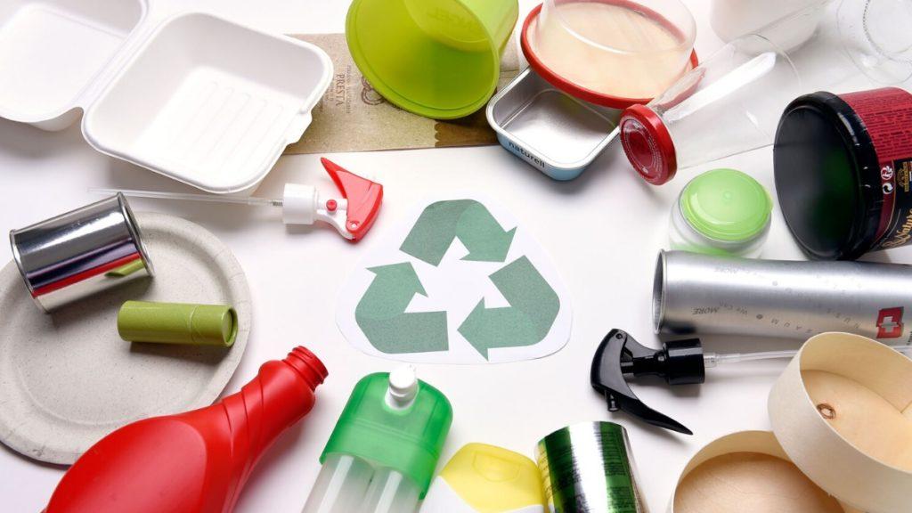 Recycelfähige Verpackungen rund um das Recyclingsymbol