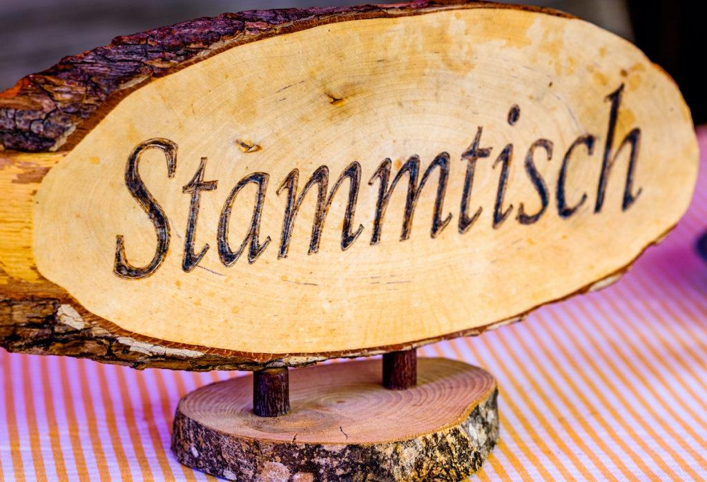 Ein Stammtisch Schild aus Holz