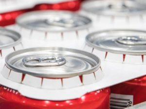 Coca Cola Dosen werden von Kartonverpackung gehalten