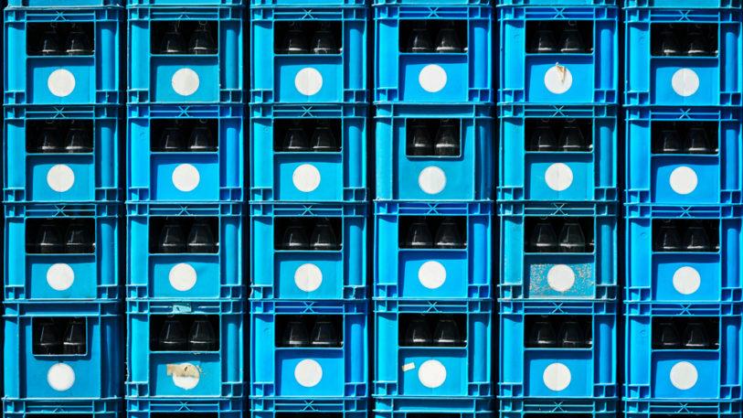 Blaue Mehrweg-Getränkekisten