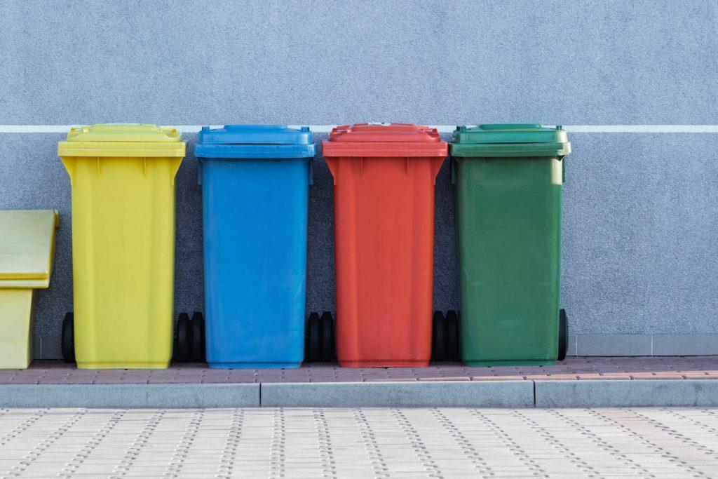 Mülltonnen sortiert nach Farben