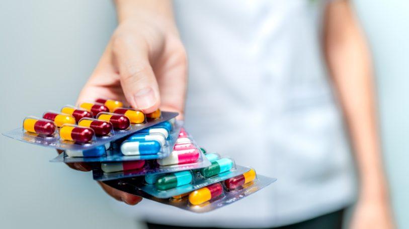 Eine Hand hält Medikamente in Blisterverpackung