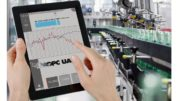 Tablet mit Daten von B&R vor Flaschenabfüllanlage