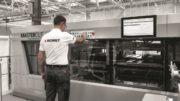Bediener an Maschine von Bobst kontrolliert den Stanzprozess