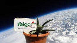Kunststoffetikett von Felga und Blumentopf in der Stratosphäre