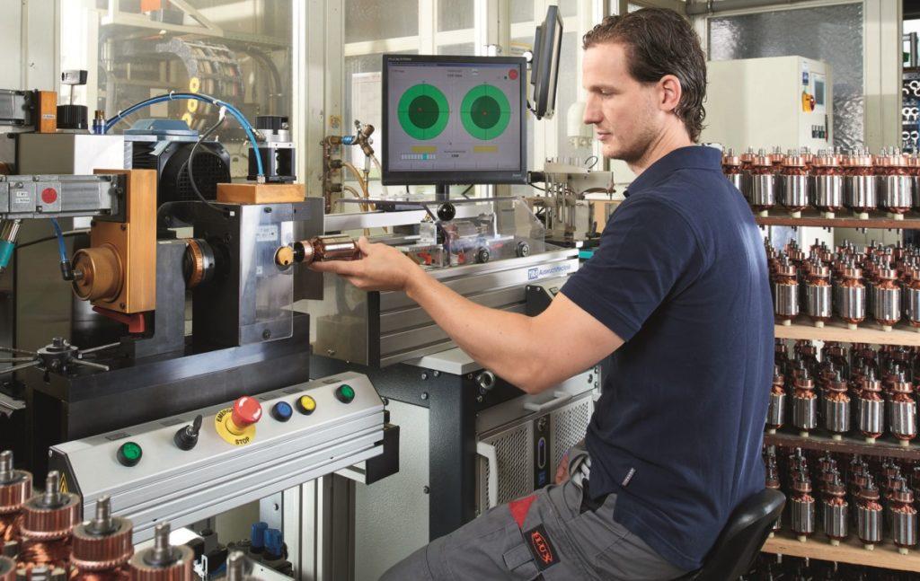 Mann bei der Fertigung von FLUX Kollektormotoren