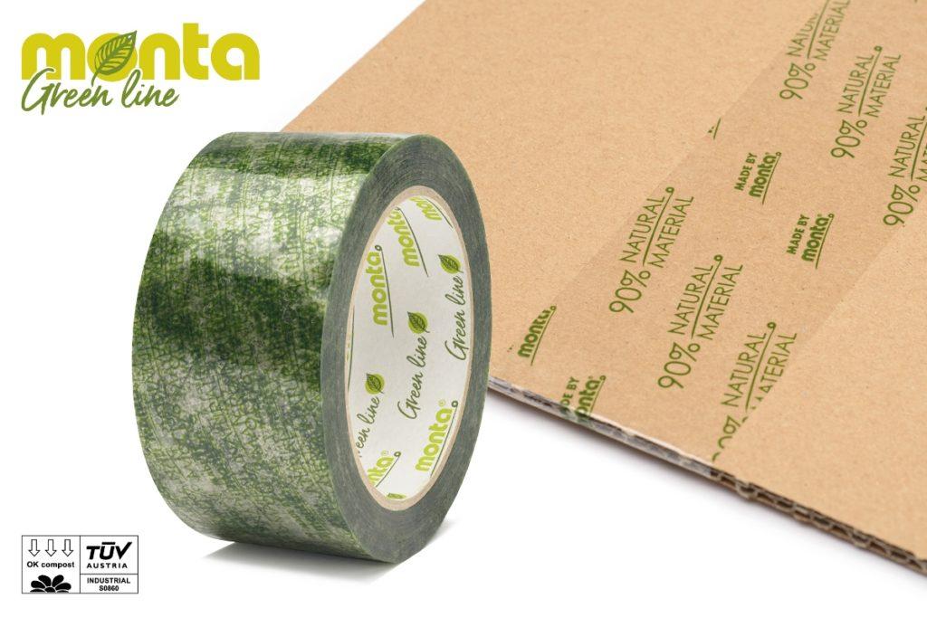 Eine Rolle des Klebebands monta biopack vor damit verpacktem Kartonmaterial